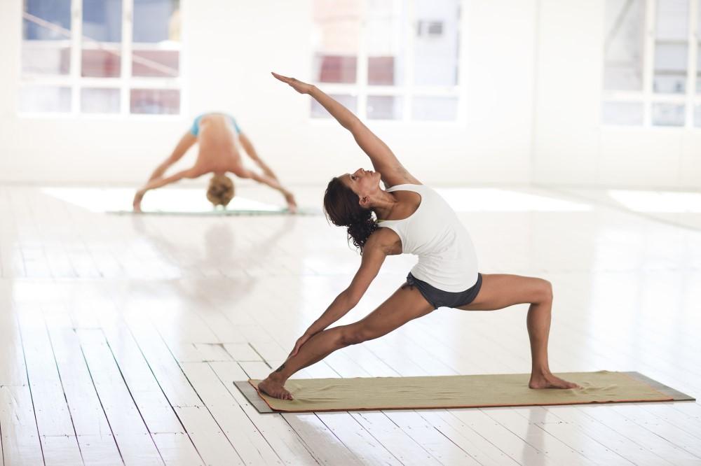 ragazza che fa yoga in palestra